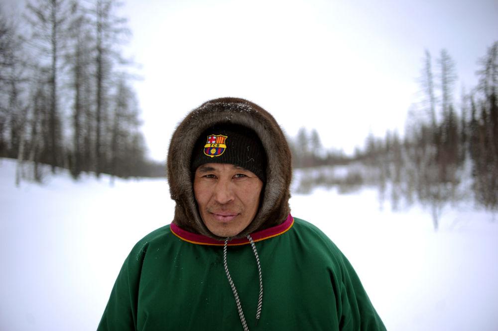 مربي حيوان الرنة بقبعة تحمل شعار نادي برشلونة الإسباني في منطقة يامال-نينيتس الروسية