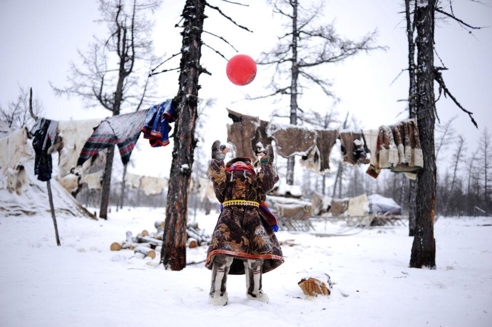 أطفال يلعبون الكرة في منطقة يامال-نينيتس الروسية