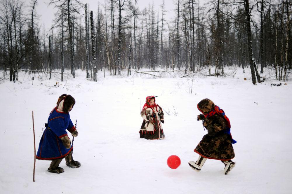 أطفال يلعبون كرة القدم على الثلج في منطقة يامالو-نينيتس الروسية