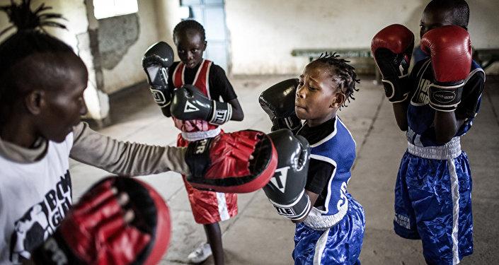 مدرسة للملاكمة للفتيات في كينيا، للمصور لويس تاتو من إسبانيا