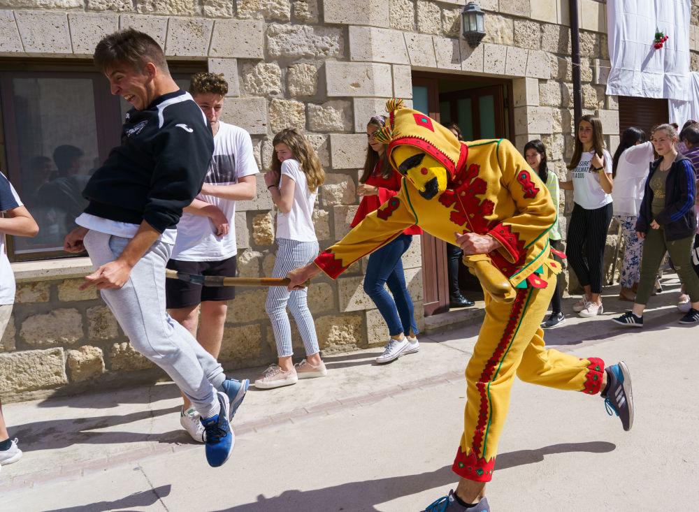 شخص يرتدي زي الشيطان  خلال مهرجان القفز للطفل في قرية كاستريلو دي مورسيا، بورغوس  3 يونيو/ حزيران 2018