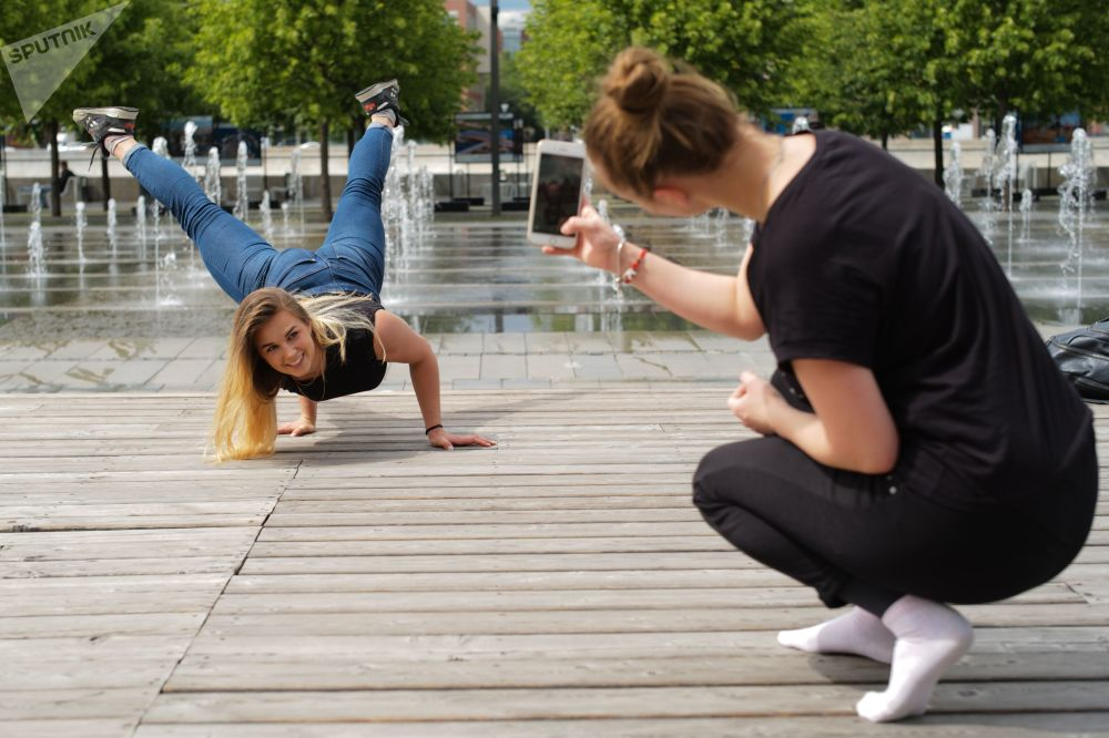 فتاة تلتقط صورة لها في حديقة موزيون في موسكو