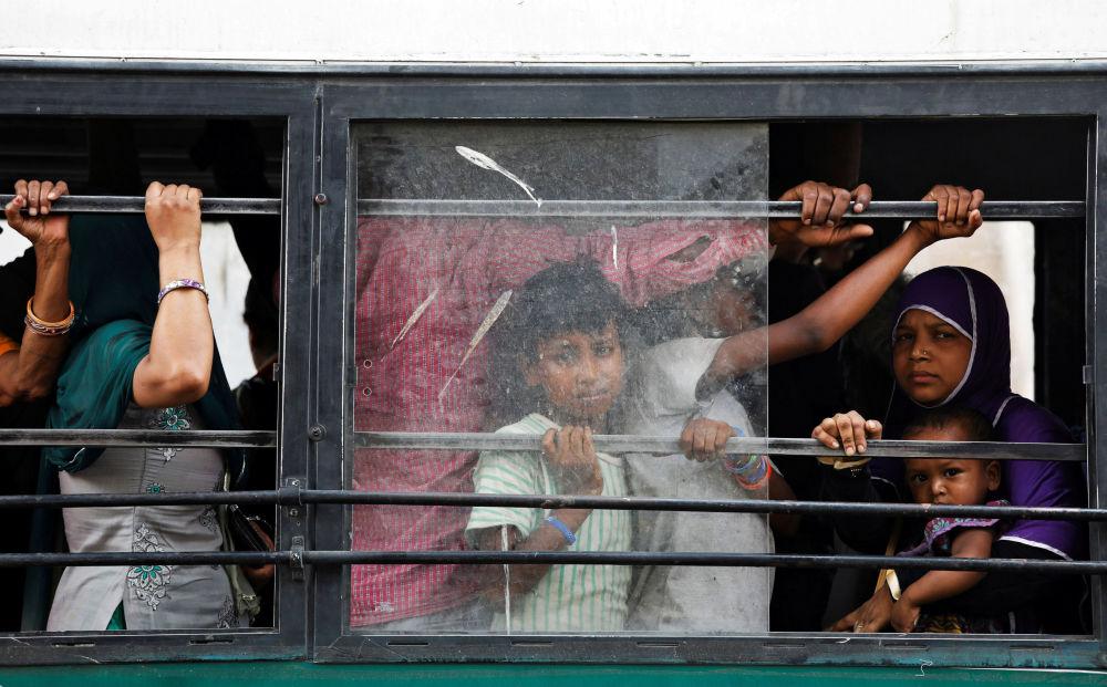 الناس ينظرون من حافلة ركاب في نيودلهي، الهند 5 يونيو/ حزيران 2018