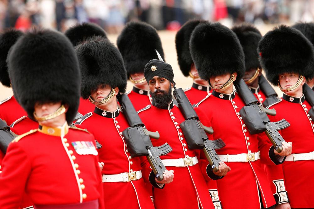 يقوم قسم الأسر، بقيادة فرقة حرس كولدستريم غاردز ، أثناء بروفة بدء موكب هورس غاردز بمناسبة عيد ميلاد الملكة الأسبوع المقبل في وسط لندن، بريطانيا  2 يونيو/ حزيران 2018