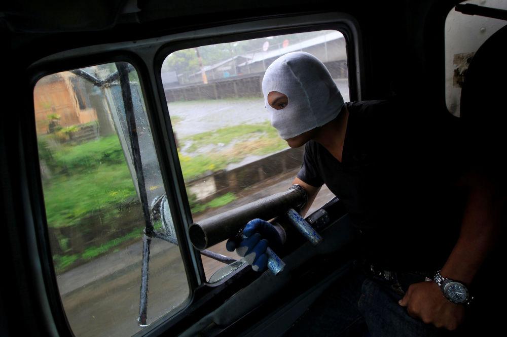 متظاهر يحمل قذيفة هاون داخل سيارة خلال مظاهرات مناهضة لحكومة الرئيس دانيال أورتيغا في نينديري، نيكاراغوا 5 يونيو/ حزيران 2018