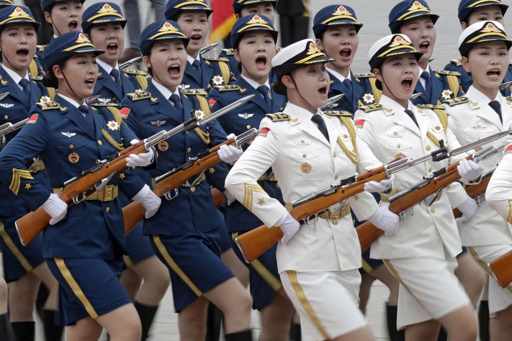 الحرس النسائي أثناء مراسم استقبال وتحية لرئيس قيرغيزستان سورونباي جينبيكوف في بكين، الصين
