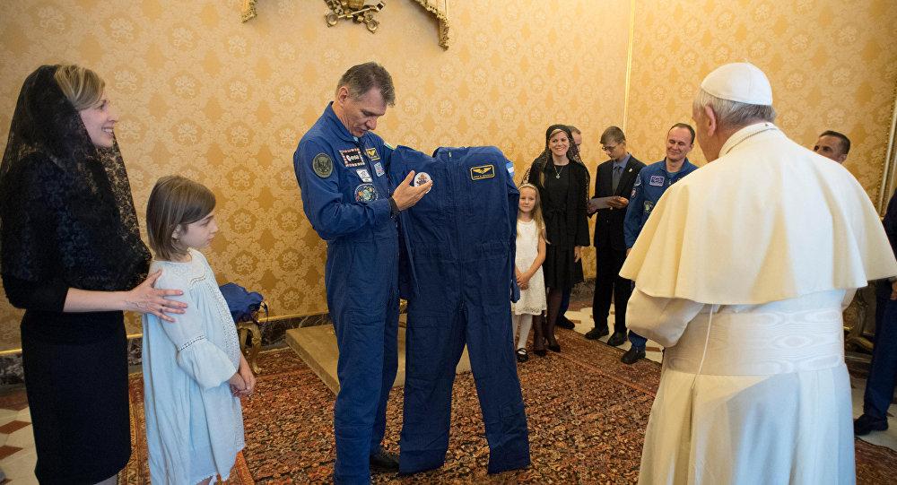 بابا الفاتيكان يحصل على بدلة فضاء بابوية