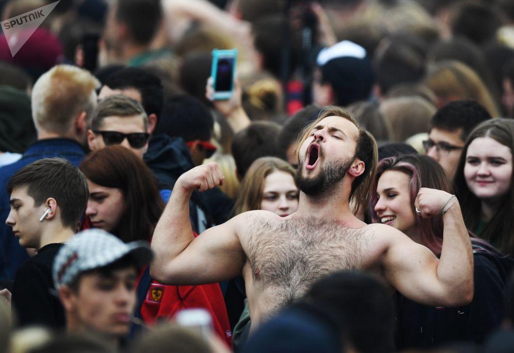 المشاركون في مهرجان لمشجعي فيفا لكأس العالم 2018 في فوروبيوفي غوري (تل الدويري) بموسكو