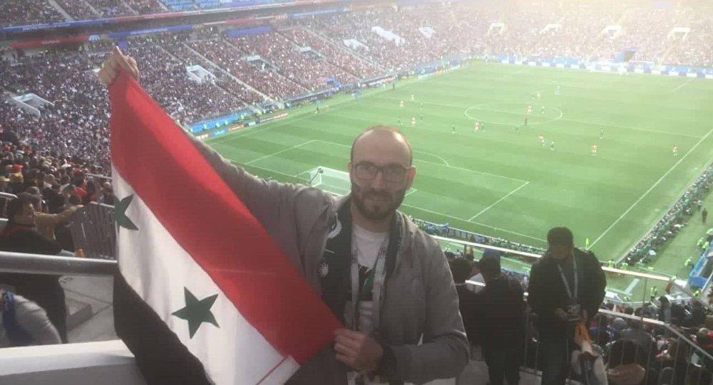 سوري يشجع المنتخب الروسي في المباراة الافتتاحية لكأس العالم روسيا 2018