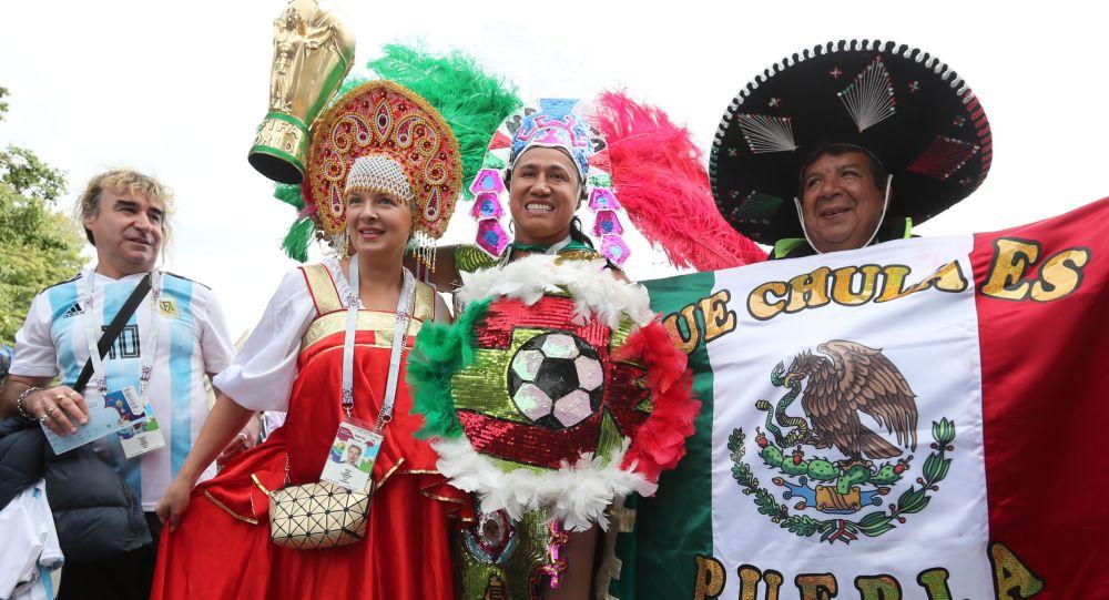 مراسم افتتاح كأس العالم فيفا روسيا 2018 في ملعب لوجنيكي، موسكو - مشجعون من روسيا والأرجنتين والمكسيك