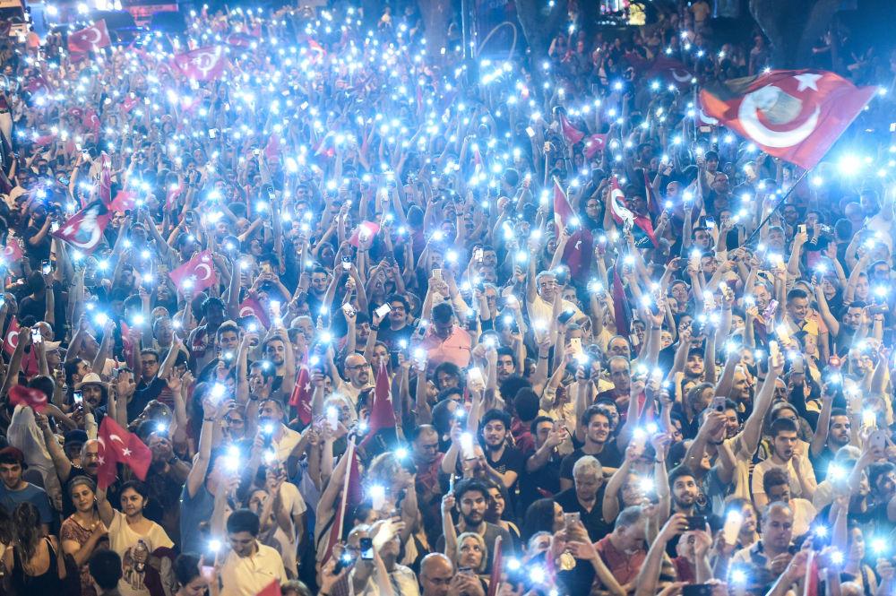 أنصار المرشح لانتخابات الرئاسة التركية من الحزب الجمهوري المعارض التركي محرم إينجه يمسكون بأضواء خلال مسيرة انتخابية في شوارع في إسطنبول في 9 يونيو/ حزيران 2018