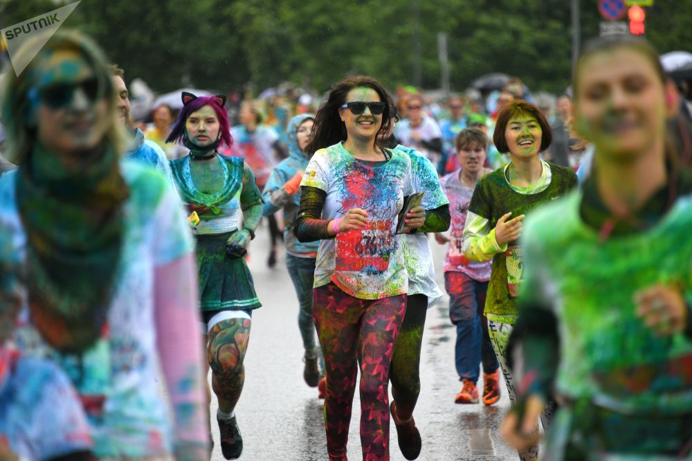 المشاركون في سباق ألوان في القصر الرياضي ميغاسبورت في موسكو