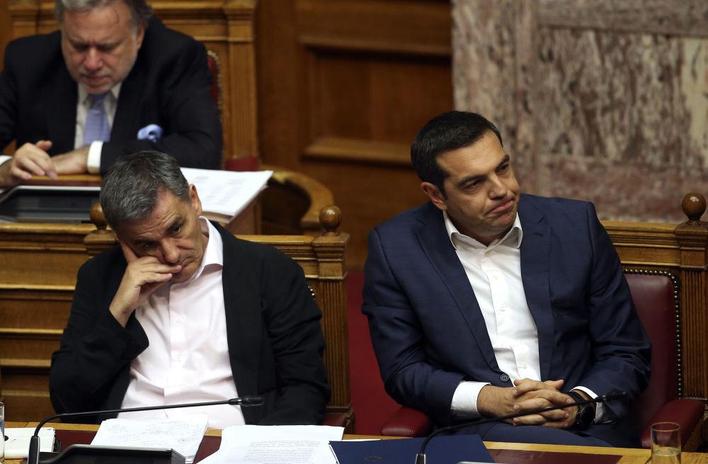رئيس الوزراء اليوناني أليكسيس تسيبراس (يمين) ووزير الاقتصاد اليوناني إيوكليد تساكالوتوس خلال جلسة البرلمان في أثينا، اليونان 14 يونيو/ حزيران 2018