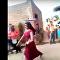 فتاة هندية تقدم عرضا مذهلا وتجني أموالا منه (فيديو)