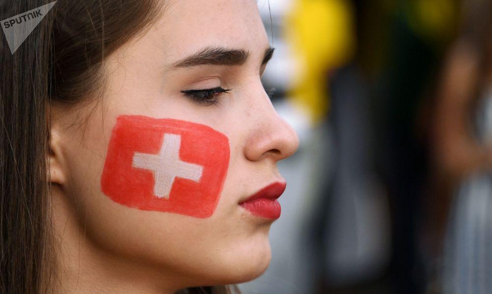 Болельщица сборной Швейцарии перед матчем ЧМ-2018 по футболу между сборными Бразилии и Швейцарии в Ростове-на-Дону