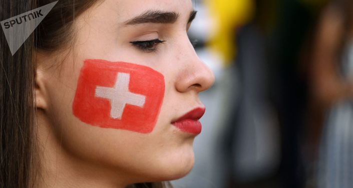 مشجعة سويسرية قبل بدء اللقاء بين البرازيل وسويسرا