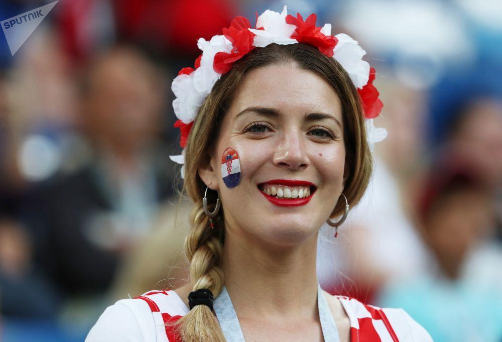 مشجعة كرواتية قبل بدء المباراة التي جمعت كرواتيا مع نيجيريا