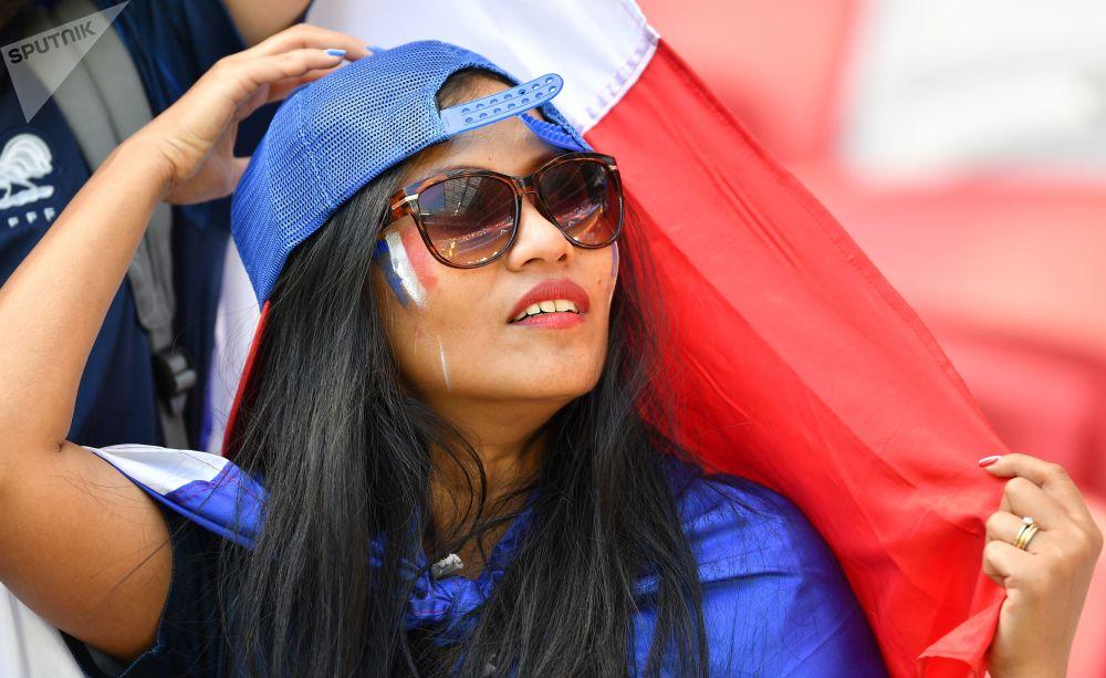 مشجعة فرنسية قبل بدء المباراة التي جمعت فرنسا مع استراليا