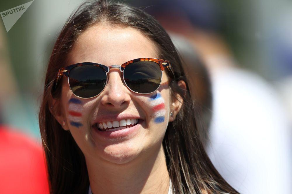 مشجعة صريبة قبل اللقاء الذي جمع الفريق الصربي مع كوستاريكا