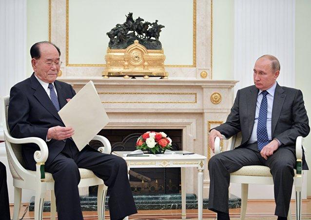 الرئيس الروسي فلاديمير بوتين ورئيس مجلس الشعب الأعلى لكوريا الشمالية كيم يونغ نام