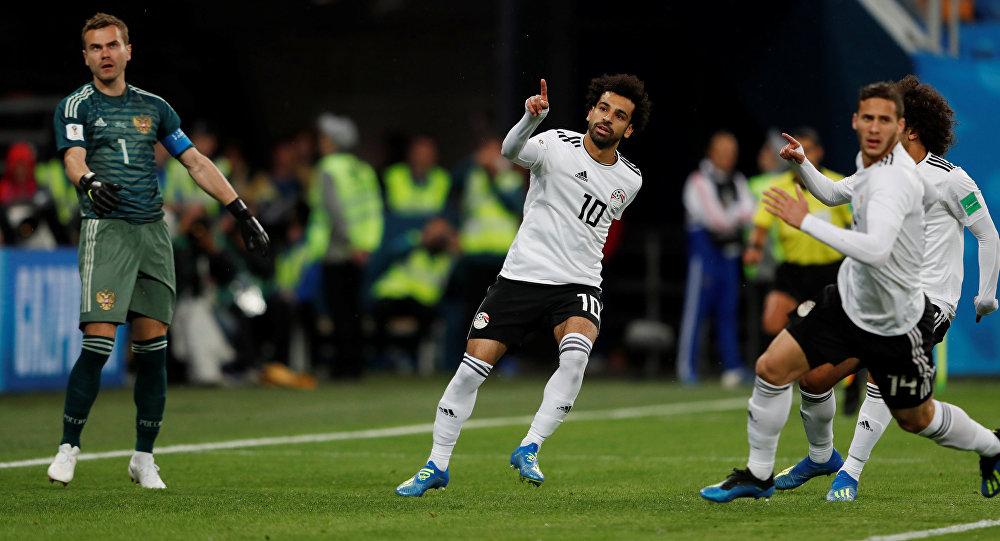 لاعب المنتخب المصري محمد صلاح يحتفل بالهدف الأول له في كأس العالم