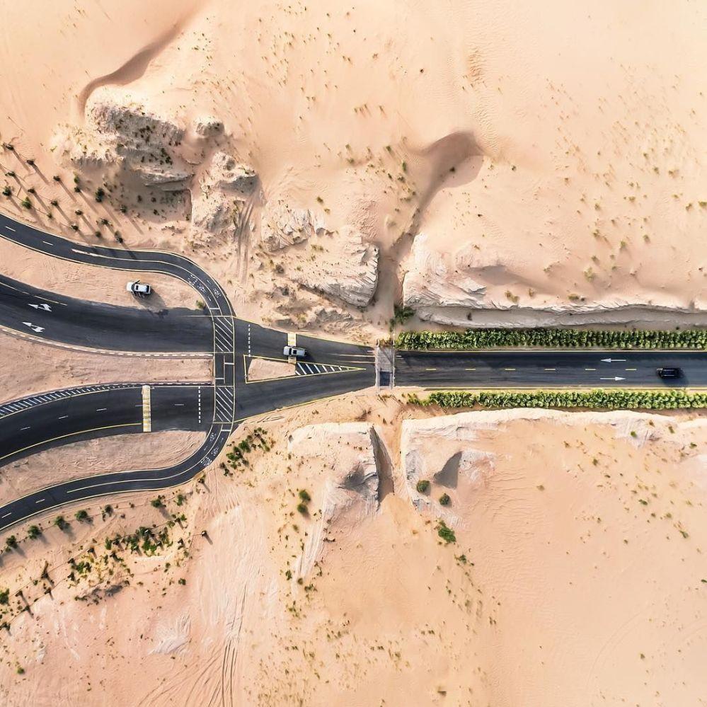 صورة للطرق المغطاة بالرمال في دولة الإمارات العربية المتحدة للمصور إيرينايوس هيروك