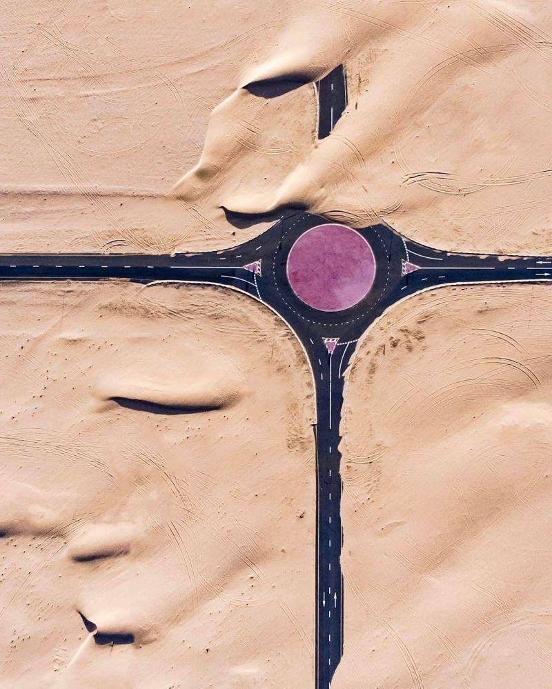 صورة جوية لطريق في الصحراء في دولة الإمارات العربية المتحدة