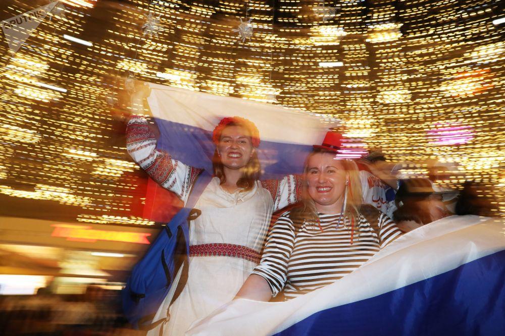 المشجعون الروس يفرحون بالفوز في مباراة مرحلة المجموعات من كأس العالم 2018 بين الفريقين الروسي والمصري في شارع نيكولسكايا، موسكو