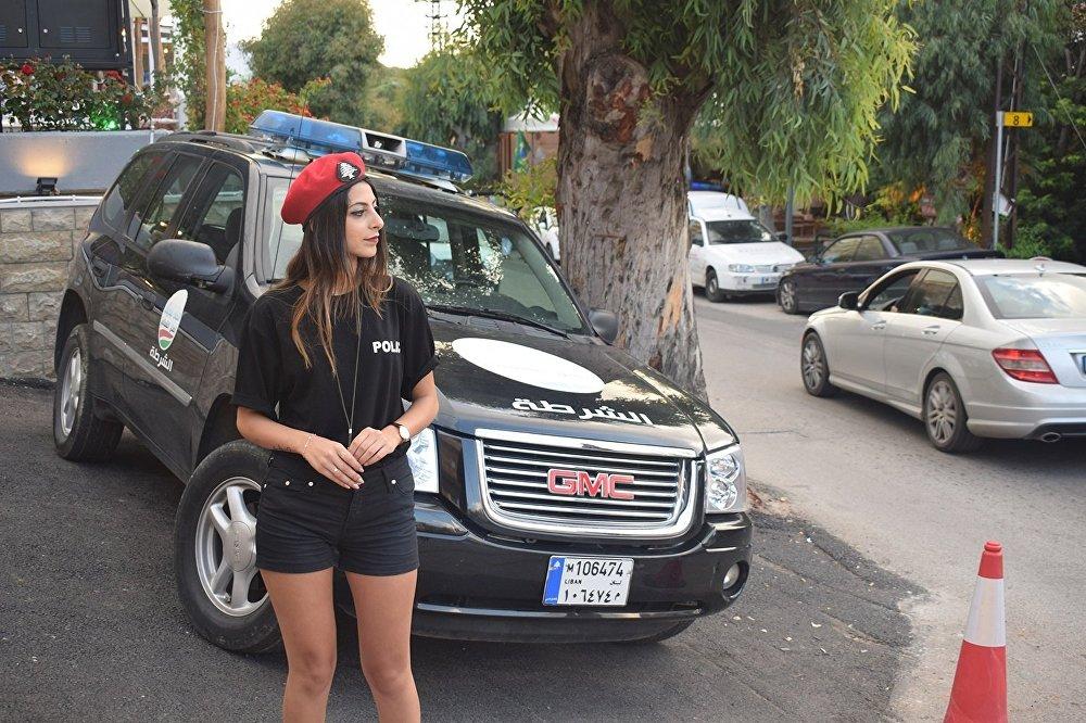 شرطيات لبنانيات في بلدة برمانا لتنظيم المرور