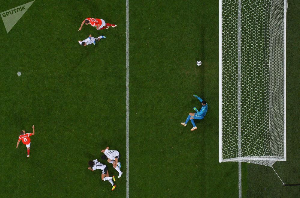 الهدف الأول في مرمى المنتخب المصري إثر خطأ من المدافع المصري محمد الشهابي