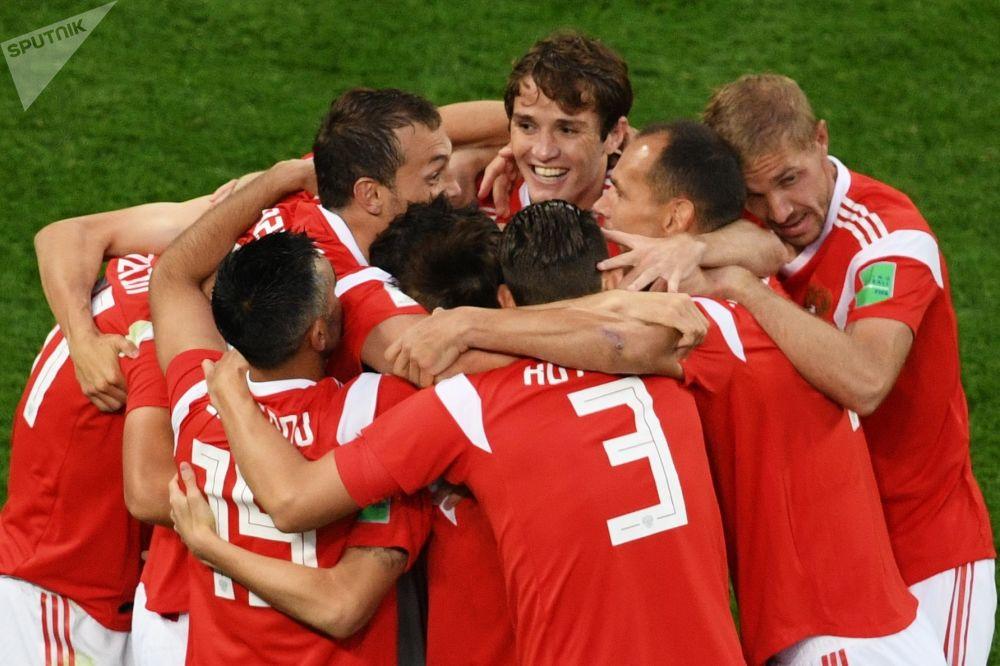 سعادة لاعبي المنتخب الروسي بعد الفوز على المنتخب المصري