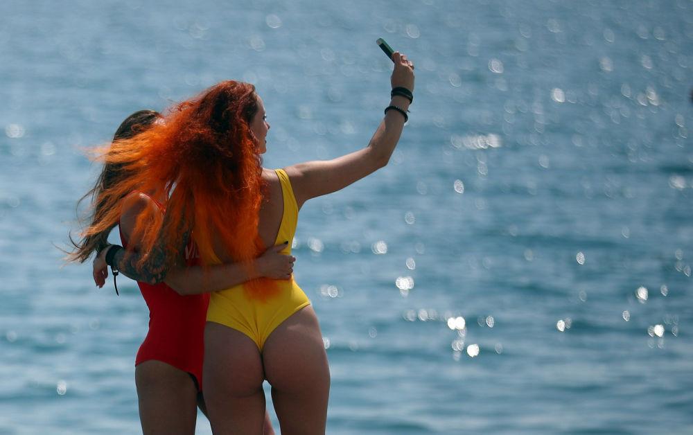 فتيات يقومون بالتقاط صور السيلفي في مدينة سوتشي الروسية