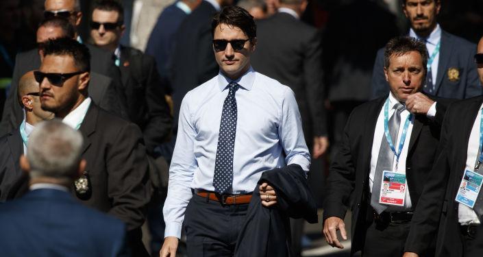 رئيس الوزراء الكندي لابسا نظارات شمسية