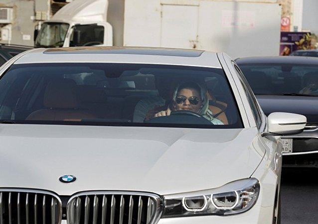 المرأة السعودية أثناء قيادتها السيارة