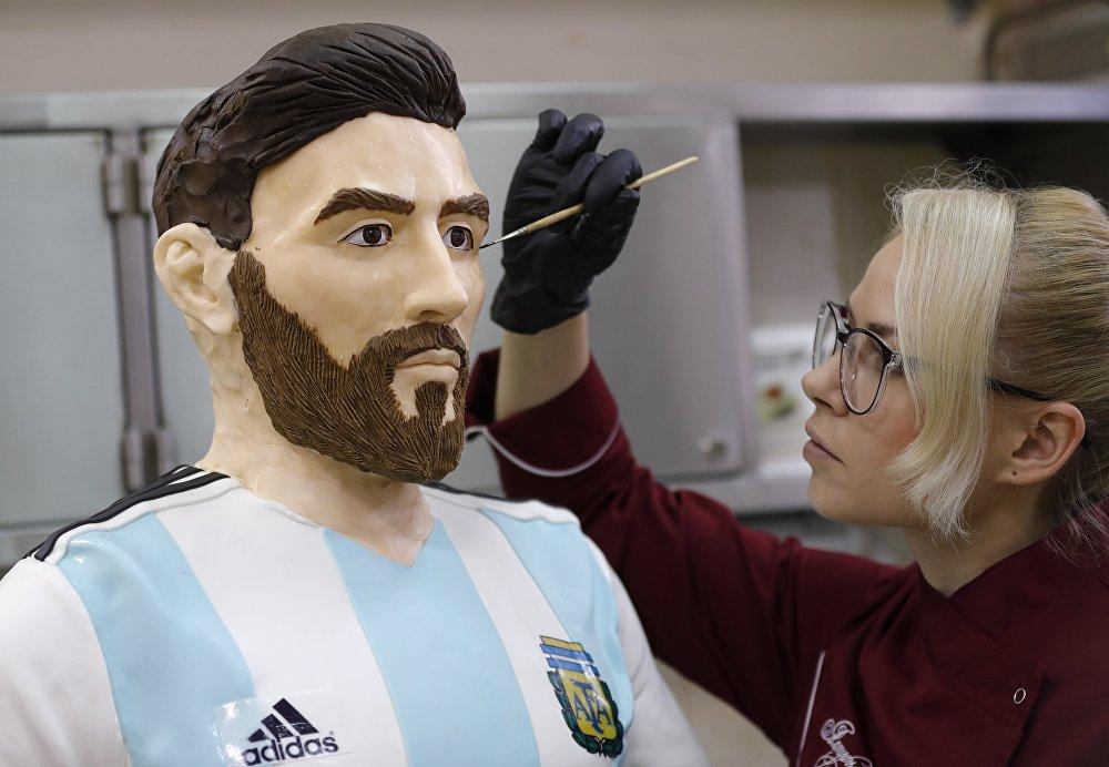 تمثال للاعب كرة القدم الأرجنتيني ليونيل ميسي في متجر حلوى في روسيا بمناسبة عيد ميلاده، 24 يونيو/حزيران 2018