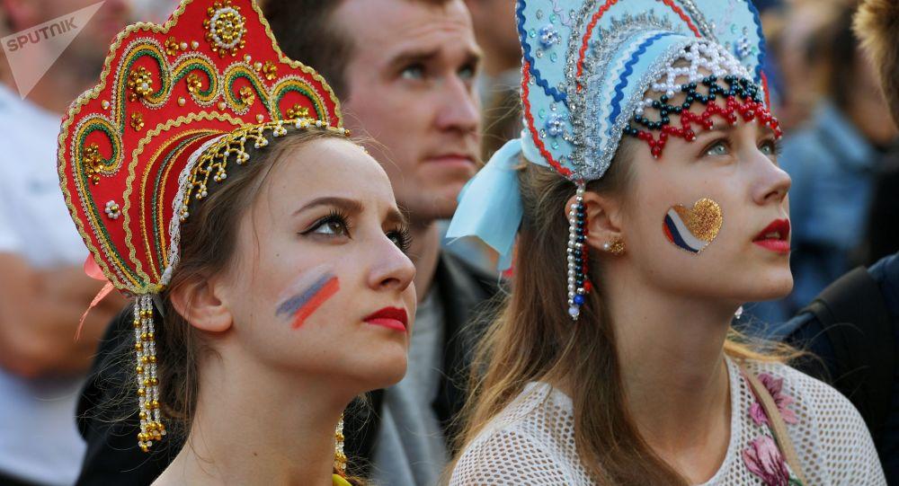 مشجعات روسيات يشاهدن باهتمام المباراة التي جمعت منتخبي روسيا والأوروغواي
