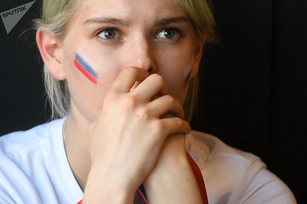 مشجعة في أحد مقاهي موسكو تتابع بقلق المباراة التي جمعت الأوروغواي مع روسيا