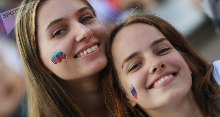 مشجعات روسيات قبل المباراة التي جمعت منتخبي روسيا والأوروغواي