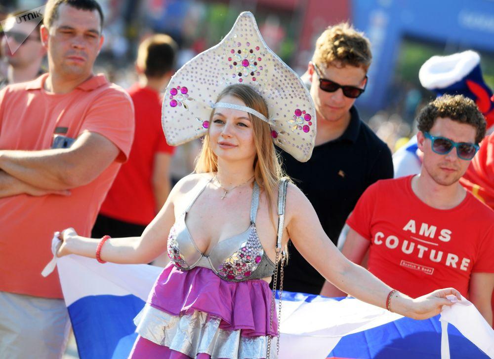 مشجعة روسية تشاهد المباراة التي جمعت منتخبي روسيا والأوروغواي في منطقة المشجع