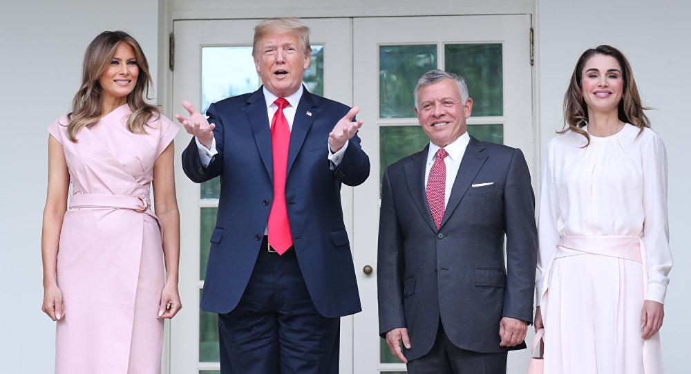 الملكة رانيا مع زوجها ملك الأردن عبد الله الثاني والرئيس الأمريكي دونالد ترامب وزوجته ميلانيا ترامب في البيت الأبيض في واشنطن بالولايات المتحدة الأمريكية، 26 يونيو/حزيران 2018