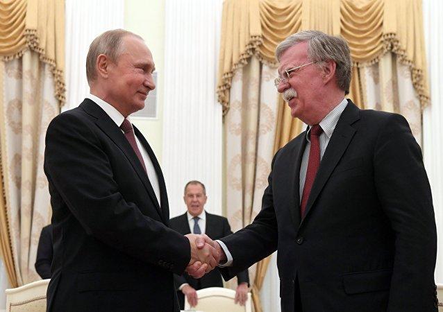 الرئيس الروسي فلاديمير بوتين ومستشار الرئيس الأمريكي لشؤون الأمن القومي جون بولتون