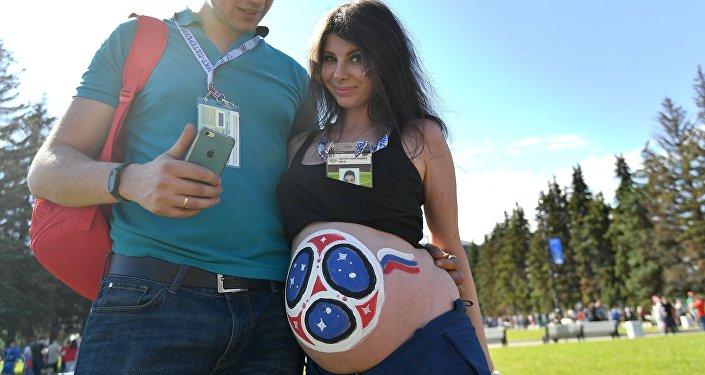 امرأة حامل حضرت لمشاهدة مباراة في ملعب سان بطروسبيرغ