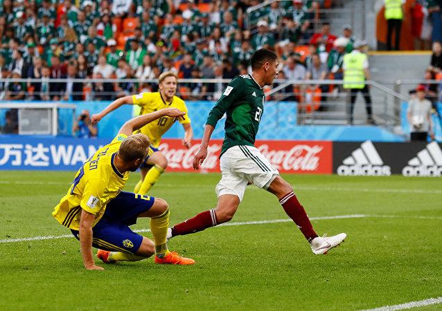 هدف السويد الثالث بقدم مدافع المكسيك