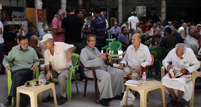 مواطنون يجلسون على مقهى بالعراق