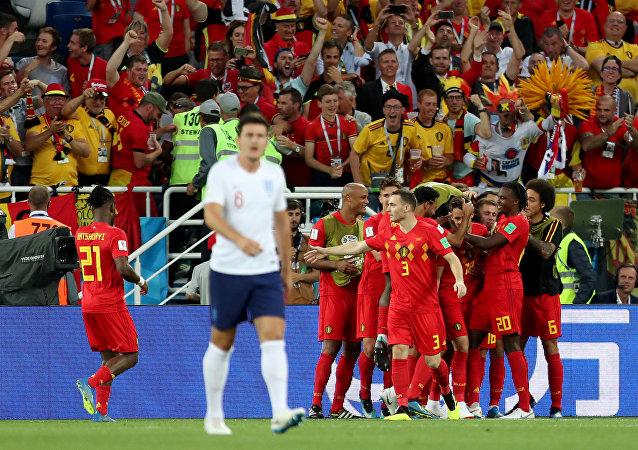 لاعبو بلجيكا يحتفلون بإحراز هدف أمام إنجلترا في كأس العالم 2018