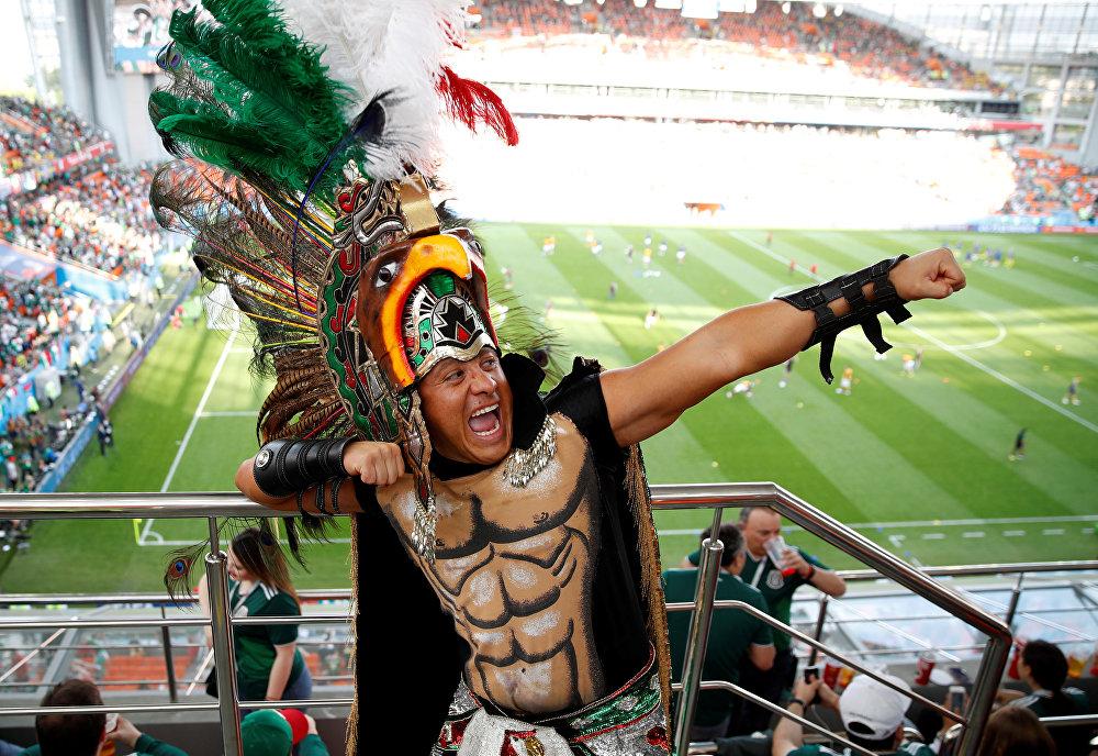 مشجع مكسيكي خلال مباراة السويد والمكسيك في مدينة ايكاترينبرغ