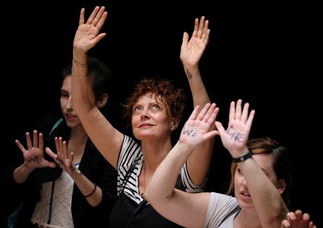 الممثلة الأمريكية سوزان ساراندون تقف مع نشطاء الهجرة المتجمعين في احتجاج في كابيتول هيل في العاصمة الأمريكية واشنطن، 28 يونيو/حزيران 2018