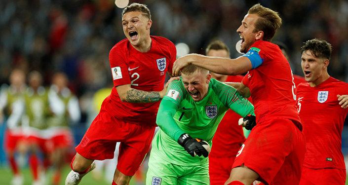 فرحة لاعبي المنتخب الإنجليزي بعد فوزهم على منتخب كولومبيا