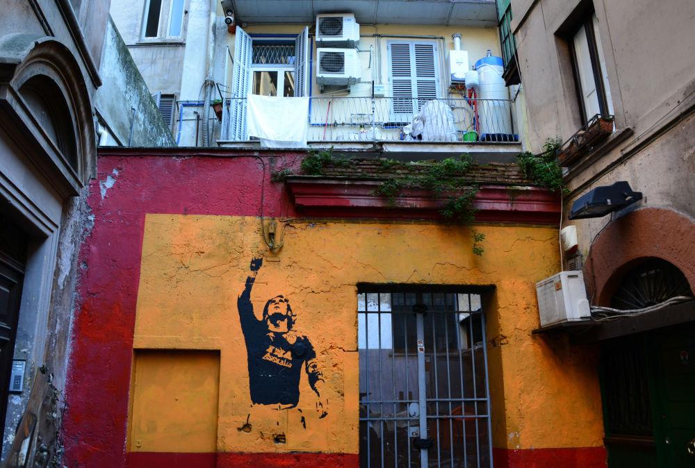 رسم جرافيتي للاعب الإيطالي فرانتشيسكو توتي في روما، إيطاليا