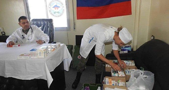 أطباء روس يقدمون العناية الطبية لمواطنين سوريين في ريف حماة